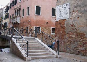 Die Brücke ins Ghetto Vecchio in Venedig. Das Haus rechts nach der Brücke war die Grundschule von Lia Finzi