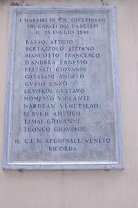 Gedenktafel für die 13 ermordeten Partisanen