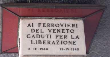 Gedenksäule am Bahnhof in Venedig