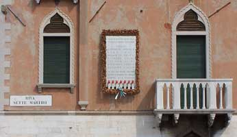 Gedenktafel am Riva dei sette martiri